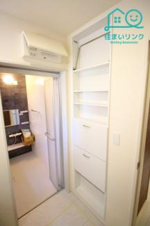 洗面所、お風呂の入口には壁面収納棚があります。 タオルの準備などに便利です。