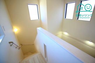 階段には手すりが標準装備されています。 玄関上部の吹き抜けが開放的です。