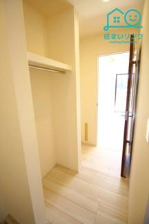 玄関からLDKに通じるウォークスルー収納です。 ハンガーにかけてコートなどを収納できます。