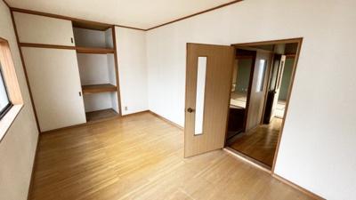 2階の洋室です。7.5帖あります。 収納もあり、ベッドルームとしてお使い頂けます。