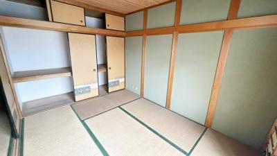 ベランダに面した明るい和室です。収納スペースも豊富です。