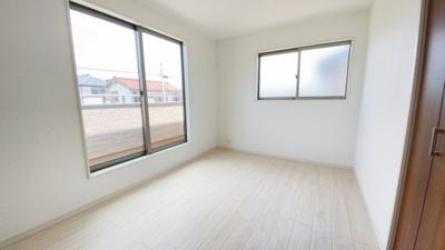 2階は全居室日当たり・風通し良好。1号棟は主寝室が8帖です。シンプルな色合いでお好みの居室を演出するのも楽しみですね!