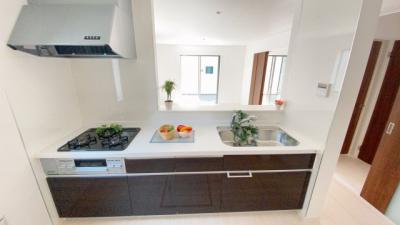 リビング・家族を見渡せる対面キッチン。カウンタースペースもあるキッチン台を採用しているのでリビング側から見ると広々カフェキッチンとして活用できます♪