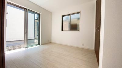 廊下からの出入りも可能なLDK隣接居室。1階は一体活用で20帖以上になります。2面採光なので日当たりも良好です。