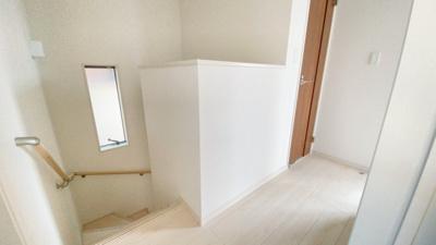 窓もあり明るい階段です