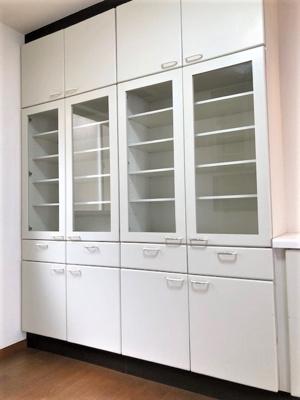 キッチン向かいに備え付けの食器棚