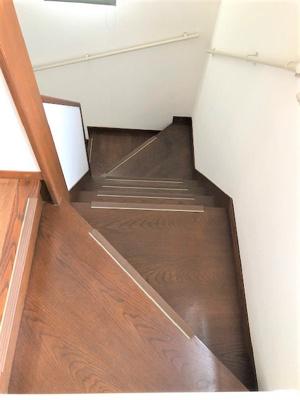 3階へ上がる階段、幅広めです