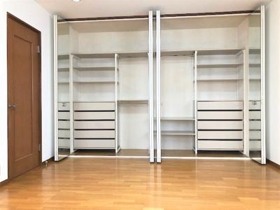 3階、一番奥の洋室10.5帖です。 クローゼットの中、備え付けの収納があります。扉は全面ミラー張りになってます。