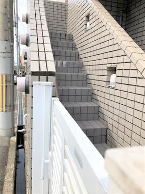 玄関に行く階段です。幅約60・66㎝です。
