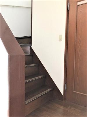 玄関入ってすぐ左手に3階に上がる階段があります。 階段横の扉開けるとお手洗いになります。階段下に収納があります。