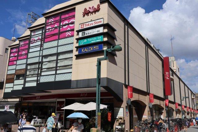 東急ストア 600m 東急線を中心に展開しているスーパーです。 手堅い品ぞろえでいつも人が賑わっています。