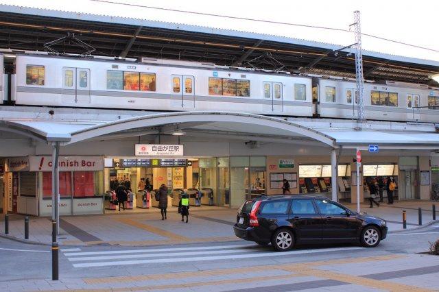 自由が丘駅 500m とても有名なターミナル駅です。 渋谷、中目黒、自由が丘。 城南地区を代表するおしゃれな街です。