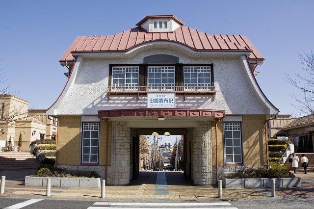 田園調布駅 950m 東横線・目黒線のターミナル駅です。 不思議な雰囲気の駅ですね! 駅前は日本屈指の邸宅街「田園調布」歩くだけで運気が貰えるかもしれません!