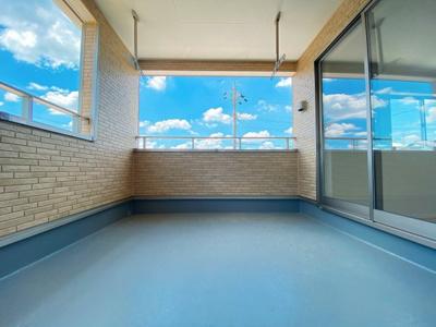 人気のルーフバルコニー採用♪屋根があるため、天気を気にせず洗濯物が干せます。2Wayの為、活用しやすいです!