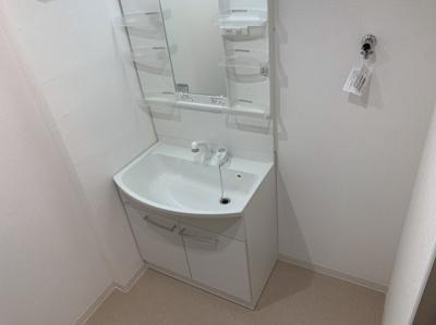 独立洗面台あり、毎朝おしゃれに忙しい女性の方におすすめです。小物を置いておける棚もついています。