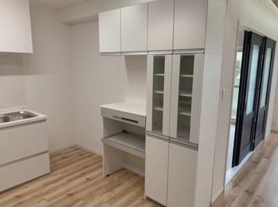 食器などを収納できるキッチンの収納スペースです。色調が統一されているのでおしゃれに見えます。