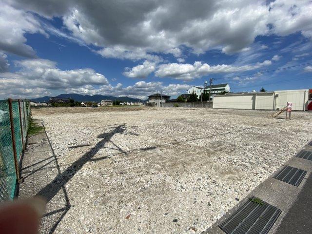 現在解体中。弓削田の幹線道路沿いの事業用地です。