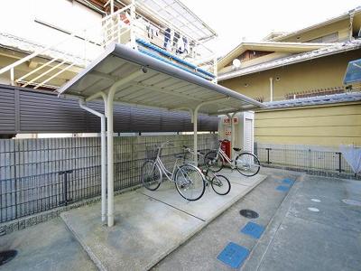 駐輪場に屋根が付いています