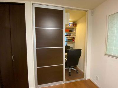 3階7.0帖の洋室にテレワークルームが2部屋ございます。 書斎や収納としてもお使いいただけます。