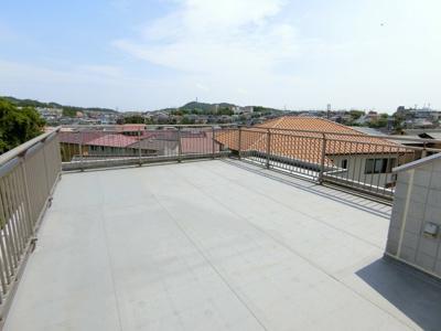 3階部分のルーフバルコニーです。 陽当たり良好、眺望良好です。 オンリーワンの眺めをお楽しみください。 散水栓も有りますので、屋上でのプールも楽しめます。