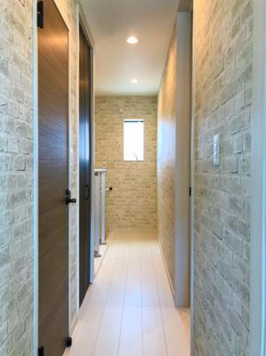 2階のホールです♪階段横の腰壁はクリアパネルでオシャレですよ♪写真左手の扉がトイレです♪