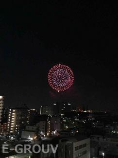 室内から望む神戸の花火大会の様子