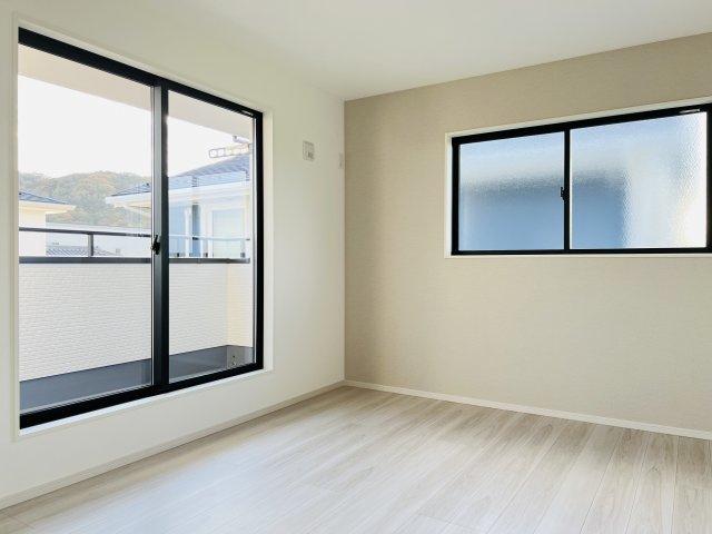 【施工例】バルコニーに面した9帖の洋室です。