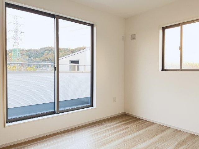 【施工例】スカイバルコニーに面した南向き5.2帖の洋室です。