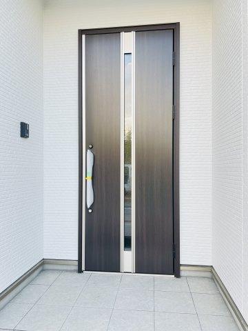 【施工例】入り口横の備え付けミラーで身だしなみの確認もバッチリです。