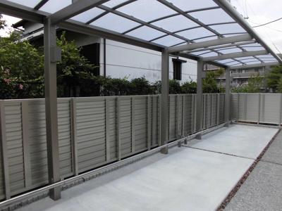駐輪場は屋根付きで、広いので余裕をもって置くことができます。