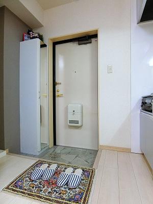 玄関横にある室内洗濯機置き場です♪防水パンが付いているので万が一の漏水にも安心です!