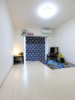 バルコニーに繋がる南向き角部屋洋室7.1帖のお部屋です!エアコン付きで1年中快適に過ごせますね☆