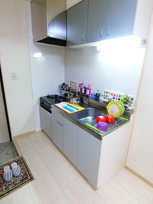 2口ガスコンロ/グリル付きのキッチンです☆場所を取るお鍋やお皿もたっぷり収納できてお料理がはかどります!