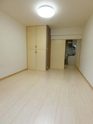 クローゼットのある南向き洋室7.1帖のお部屋です!お洋服の多い方もお部屋が片付いて快適に過ごせますね♪