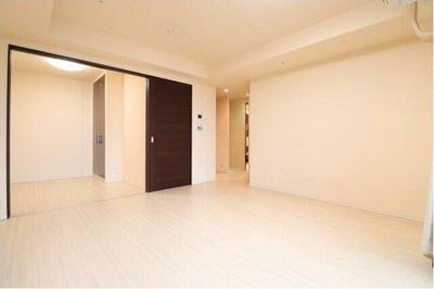 洋室とリビングをつなげて広々とした空間です。