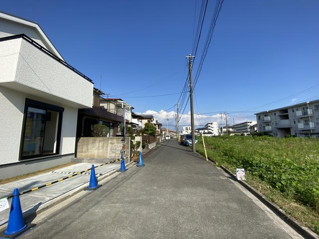 前面道路は5mの私道です。物件からバス停まで徒歩2分と近いです。