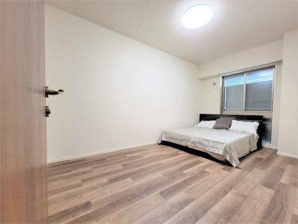 【居間・リビング】木目調の床を使用する事によりあたたみがあり、落ち着きと安らぎを感じる事ができます◎
