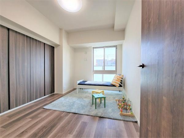 【居間・リビング】FIX窓(向かって右窓)を採用しており、開閉できない窓ではあるものの、大きな窓で開放感があり、ご自宅の住空間に光を多く採り入れる事ができます。