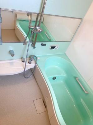 横長の鏡がオシャレな浴室です♪
