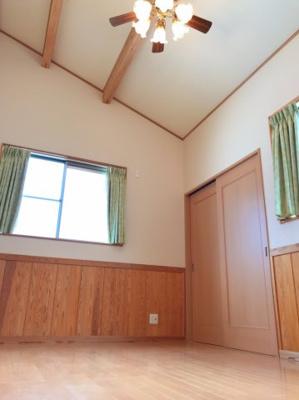 2階の7.5帖の洋室です♪天井を屋根まで取り込んでおり、とても開放感のあるお部屋です♪