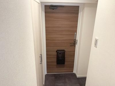 収納スペースもある明るい玄関です。