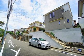 前面道路は広々の約6.5メートルあり、 駐車が苦手な方にも安心!!