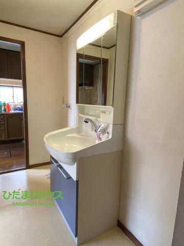鏡の後ろは収納棚!!散らかりがちな洗面所もスッキリ見せてくれます♪