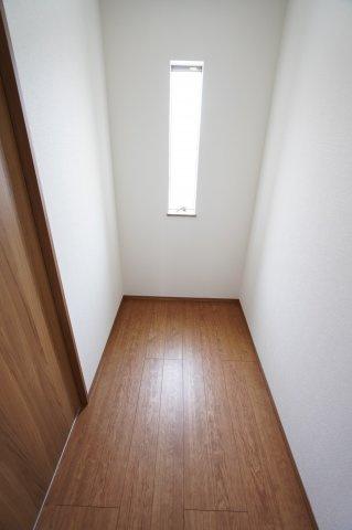 【同仕様施工例】2階納戸 スーツケースやゴルフ用品など大きな物も収納できます。窓もあるので換気ができます。