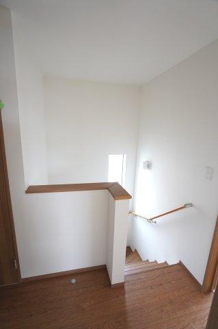 【同仕様施工例】2階ホール 階段に窓もあるので明るいですね。