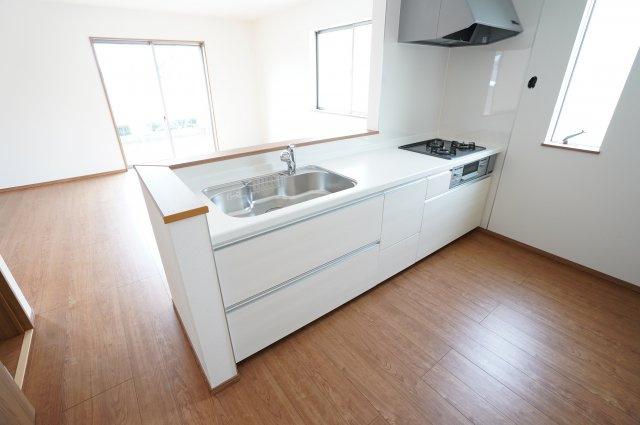 【同仕様施工例】システムキッチンです。窓もあるので換気もできます。明るいですね。