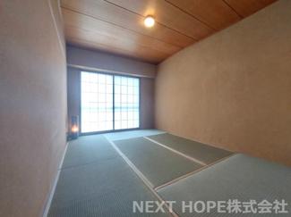 和室6帖です♪バルコニーに面した明るく開放的な室内です!!畳の表替えしております♪気持ちよくご入居していただけます(^^)