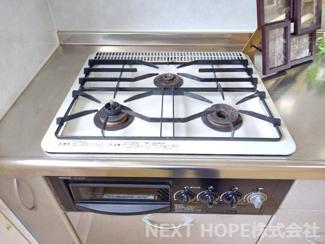 キッチンコンロはガス3コ口コンロです♪お料理もスピーディーに仕上がりますね(^^)