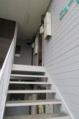 103号室は、2階階段の下側です
