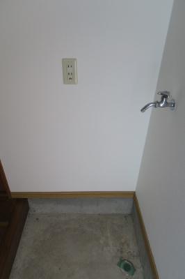 玄関ドア横には、洗濯置き場があります